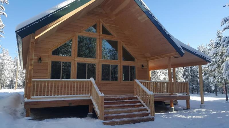 yellowstone-teton-territory-idaho-lakeside-cabin-winter